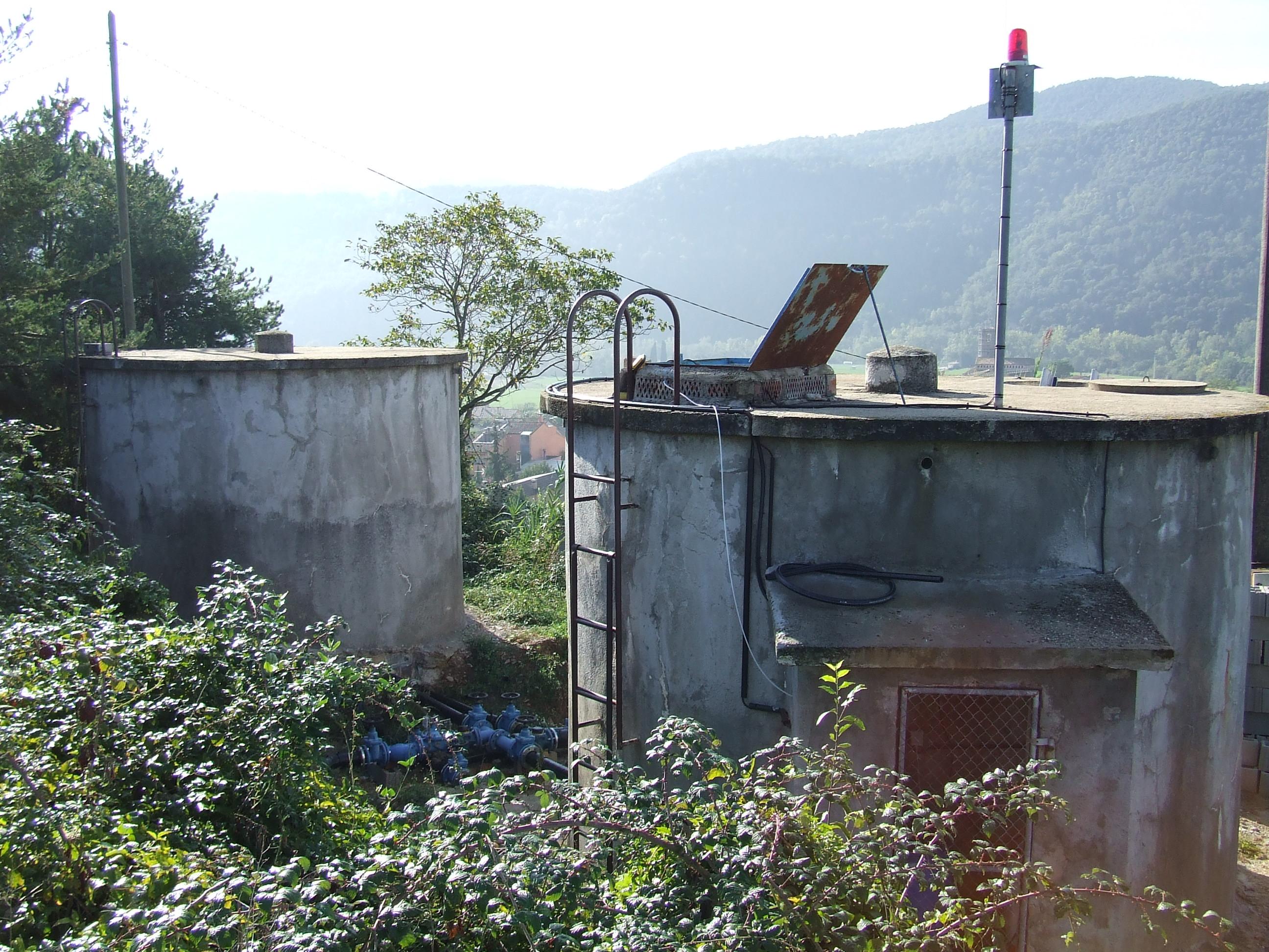 Vallat dels dipòsits d´aigua d´Argelaguer i traçat del camí públic i rural de Can Xac Vell (Foto Lejarza Garrotxa)